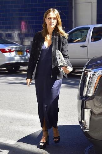 Tenue de Jessica Alba: Veste ornée noire, Robe longue fendue bleue marine, Sandales à talons en daim noires