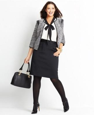 Comment porter: veste ouverte grise, chemisier à manches courtes blanc et noir, jupe crayon noire, escarpins en cuir noirs