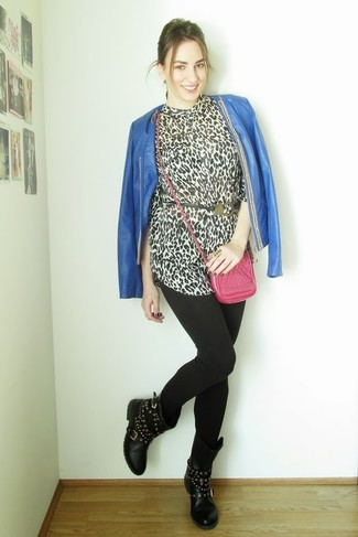 Comment porter un chemisier boutonné imprimé léopard blanc et noir: Pour une tenue de tous les jours pleine de caractère et de personnalité essaie d'associer un chemisier boutonné imprimé léopard blanc et noir avec des leggings noirs. D'une humeur audacieuse? Complète ta tenue avec une paire de des bottes mi-mollet en cuir à clous noires.