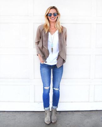 Comment porter: veste ouverte en cuir grise, t-shirt à col en v blanc, jean skinny déchiré bleu, bottines en daim grises