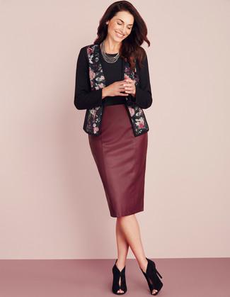 Comment porter: veste ouverte à fleurs noire, t-shirt à col rond noir, jupe crayon en cuir bordeaux, bottines en daim découpées noires