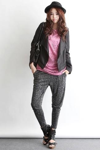 Comment porter: veste ouverte en cuir noire, t-shirt à col rond rose, pantalon de jogging gris foncé, sandales compensées en cuir noires