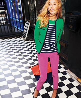 Tenue: Veste en tweed verte, Pull à col rond à rayures horizontales bleu marine et blanc, Pantalon slim fuchsia, Escarpins en cuir à clous noirs