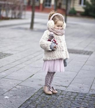Comment porter: veste en fourrure blanche, robe de tulle rose, bottes beiges, gants gris
