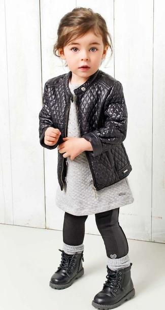 Comment porter: veste en cuir noire, robe-pull grise, leggings noirs, bottes noires