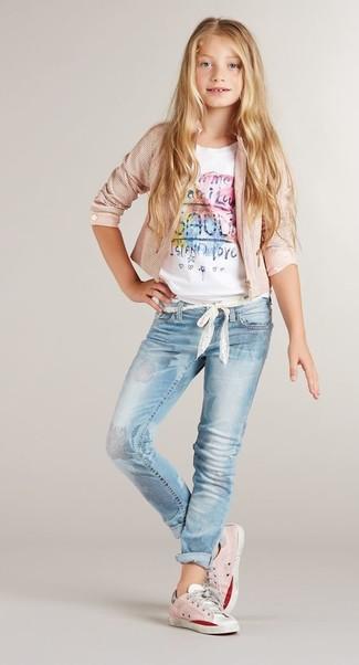 Comment porter: veste rose, t-shirt imprimé blanc, jean bleu clair, baskets roses