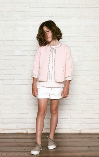 Comment porter: veste rose, t-shirt rose, short blanc, baskets marron