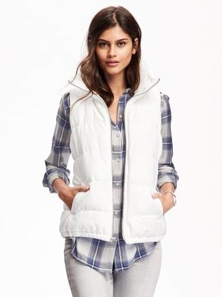 Comment porter une veste sans manches blanche: Opte pour une veste sans manches blanche avec un jean skinny gris pour une impression décontractée.