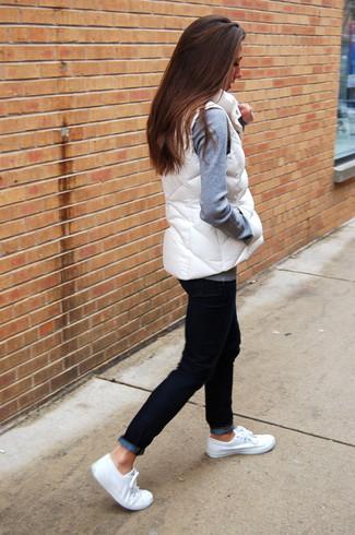 Comment porter une veste sans manches blanche: Pense à opter pour une veste sans manches blanche et un jean noir pour une tenue idéale le week-end. Une paire de des baskets basses en toile blanches est une option parfait pour complèter cette tenue.