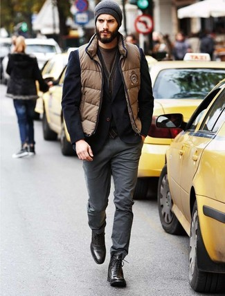 Comment porter: veste sans manches marron clair, blazer noir, cardigan marron, t-shirt à col rond marron