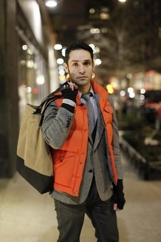 Comment porter: veste sans manches matelassée orange, blazer en laine à chevrons gris, cardigan noir, chemise de ville à carreaux blanche