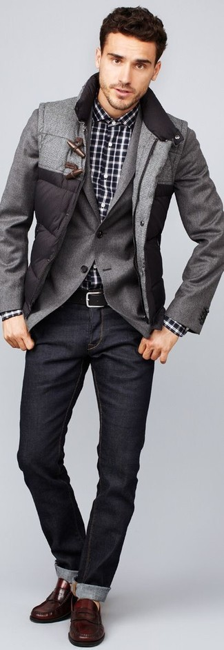 Comment porter: veste sans manches matelassée grise, blazer gris, chemise à manches longues écossaise noire et blanche, jean gris foncé
