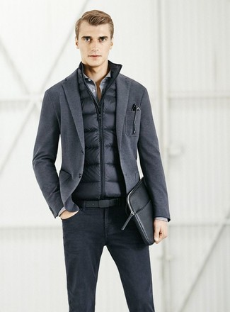 Comment porter: veste sans manches noire, blazer en tricot gris foncé, chemise à manches longues grise, jean noir
