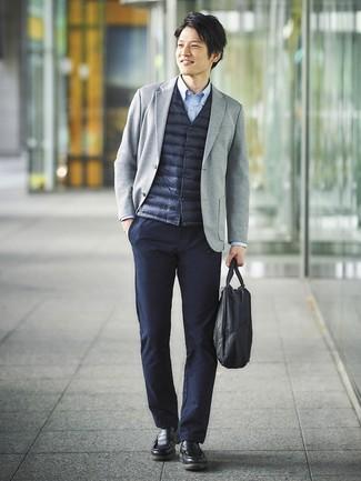 Comment porter: veste sans manches bleu marine, blazer en tricot gris, chemise à manches longues bleu clair, pantalon chino bleu marine