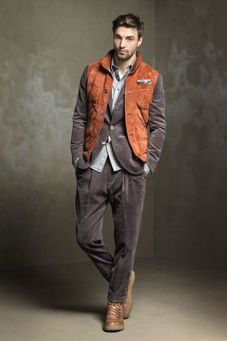 Comment porter: veste sans manches en daim tabac, blazer en velours côtelé marron, chemise à manches longues en chambray grise, t-shirt à col rond blanc