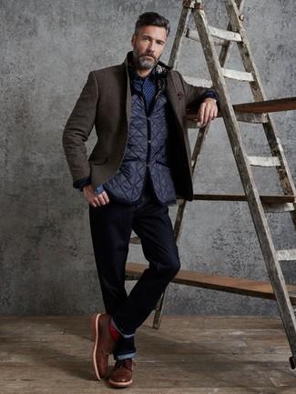 Comment porter des chaussures brogues en cuir marron: Pense à associer une veste sans manches matelassée bleu marine avec un jean bleu marine pour un déjeuner le dimanche entre amis. Jouez la carte classique pour les chaussures et complète cet ensemble avec une paire de des chaussures brogues en cuir marron.