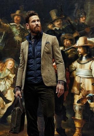 Comment porter: veste sans manches matelassée bleu marine, blazer en coton marron, chemise à manches longues écossaise marron foncé, jean en velours côtelé marron foncé
