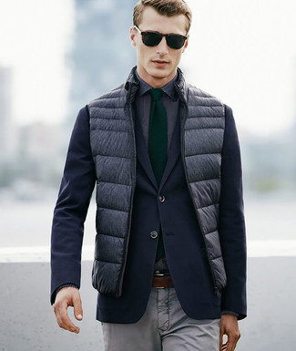 Comment porter: veste sans manches matelassée grise, blazer bleu marine, chemise de ville á pois noire et blanche, pantalon chino gris