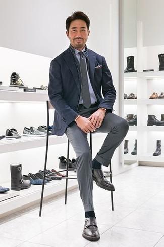 Comment porter: veste sans manches bleu marine, blazer bleu marine, chemise de ville bleu clair, pantalon de costume gris