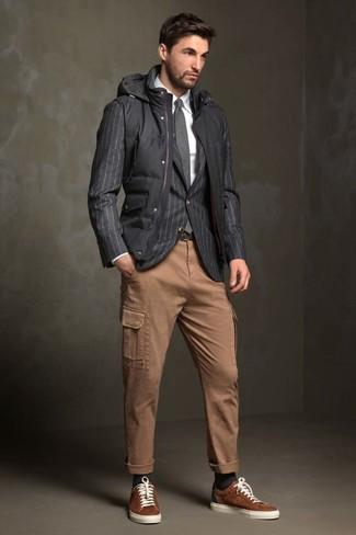 Comment porter: veste sans manches matelassée noire, blazer à rayures verticales gris foncé, chemise de ville blanche, pantalon cargo marron clair