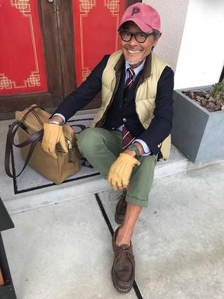 Comment porter: veste sans manches chartreuse, blazer bleu marine, chemise de ville bleu clair, pantalon chino olive