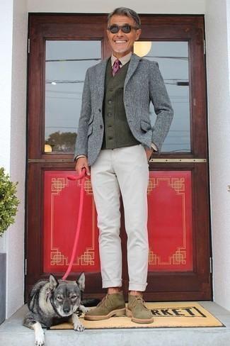 Comment porter un blazer en laine gris quand il fait frais: Pense à harmoniser un blazer en laine gris avec un pantalon chino blanc pour aller au bureau. Termine ce look avec une paire de des bottines chukka en daim olive.