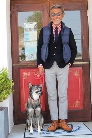 Comment porter une cravate bleu marine pour un style chic decontractés: Marie une veste sans manches matelassée bleue avec une cravate bleu marine pour dégager classe et sophistication. Une paire de des bottes de loisirs en daim tabac apportera un joli contraste avec le reste du look.