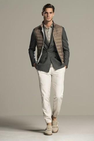 Comment porter: veste sans manches matelassée marron, blazer croisé gris foncé, polo à rayures horizontales gris, pantalon chino blanc
