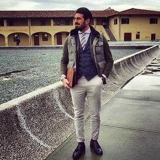 Comment porter: veste sans manches grise, blazer en laine olive, gilet bleu marine, chemise de ville bleu clair