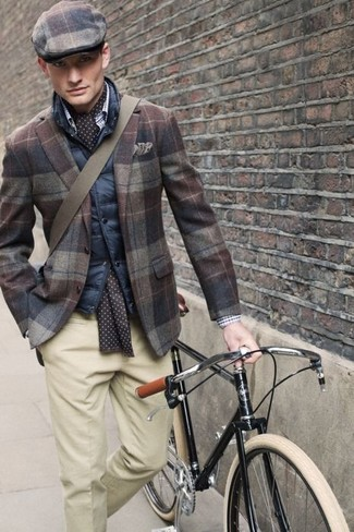 Comment porter: veste sans manches matelassée bleu marine, blazer en laine écossais marron, pantalon de costume beige, casquette plate écossaise marron