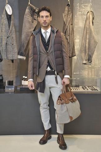 Comment porter: veste sans manches matelassée marron, blazer écossais marron, pull à col rond marron foncé, gilet noir