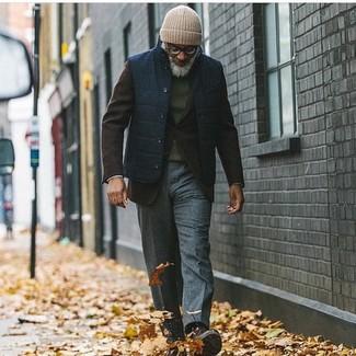 Comment porter une veste sans manches bleu marine: Essaie d'harmoniser une veste sans manches bleu marine avec un pantalon de costume en laine gris foncé pour un look classique et élégant. Une paire de des bottes de loisirs en daim marron foncé apportera un joli contraste avec le reste du look.