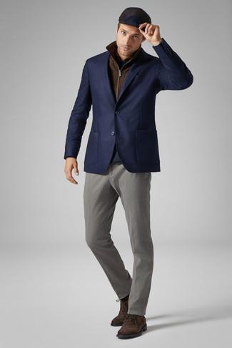 Comment porter: veste sans manches marron, blazer en laine bleu marine, pull à col rond bleu marine, chemise à manches longues marron