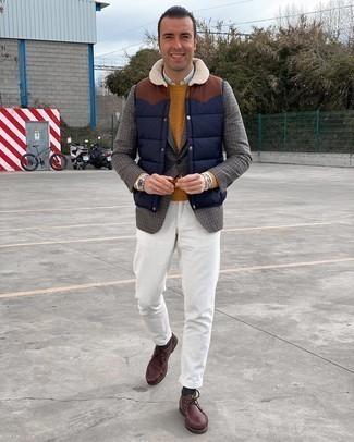 Comment porter une veste sans manches matelassée bleu marine: Pense à harmoniser une veste sans manches matelassée bleu marine avec un pantalon chino en velours côtelé blanc pour une tenue idéale le week-end. Apportez une touche d'élégance à votre tenue avec une paire de bottines chukka en cuir bordeaux.