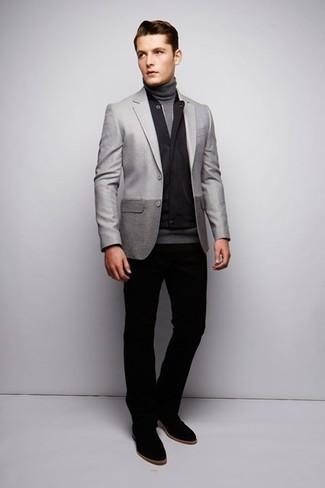 Comment porter: veste sans manches noire, blazer gris, pull à col roulé gris, pantalon chino noir