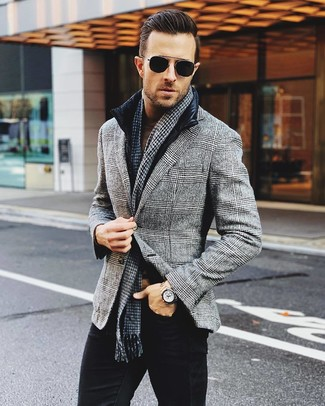 Comment porter: veste sans manches noire, blazer en laine écossais gris, pull à col roulé marron, jean noir