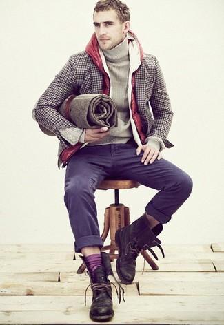 Comment porter: veste sans manches matelassée rouge, blazer en laine en vichy marron, pull à col roulé beige, pantalon chino gris foncé