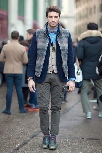 Comment porter: veste sans manches en laine à carreaux bleu marine, blazer en laine en tricot bleu marine, pull en v sans manches beige, chemise de ville á pois bleue