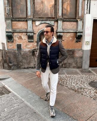 Comment porter une veste sans manches matelassée bleu marine: Pour créer une tenue idéale pour un déjeuner entre amis le week-end, marie une veste sans manches matelassée bleu marine avec un jean blanc. Jouez la carte décontractée pour les chaussures et opte pour une paire de chaussures de sport grises.