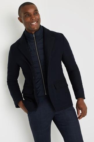 Comment porter une veste sans manches bleu marine: Porte une veste sans manches bleu marine et un pantalon chino écossais bleu marine pour obtenir un look relax mais stylé.
