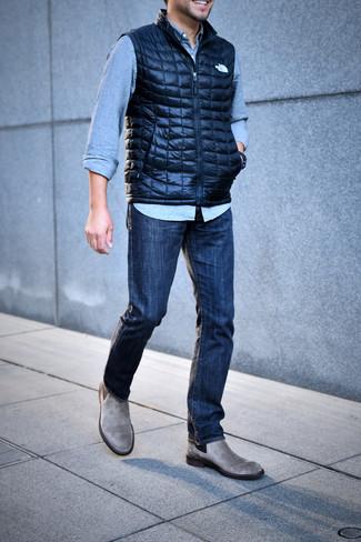 Comment porter: veste sans manches matelassée bleu marine, chemise en jean bleu clair, jean bleu marine, bottines chelsea en daim grises