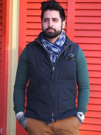 Comment porter: veste sans manches bleu marine, pull à col rond vert foncé, pantalon chino tabac, écharpe écossaise bleue