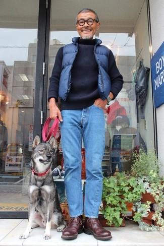 Comment porter: veste sans manches matelassée bleu marine, pull à col roulé en tricot bleu marine, jean bleu, bottines chukka en cuir marron foncé