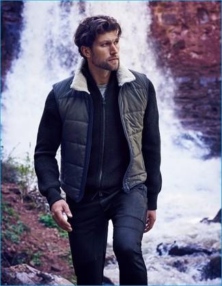 Comment porter: veste sans manches bleu marine, pull à fermeture éclair bleu marine, t-shirt à col rond gris, jean bleu marine