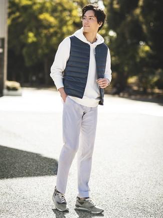 Comment porter: veste sans manches bleu marine, sweat à capuche blanc, pantalon de costume gris, baskets basses en daim grises