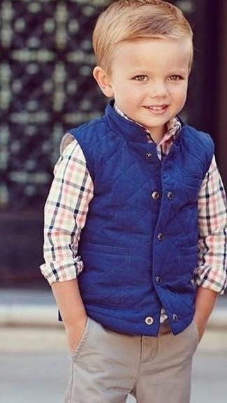 Comment porter: veste sans manches bleue, chemise à manches longues multicolore, pantalon beige