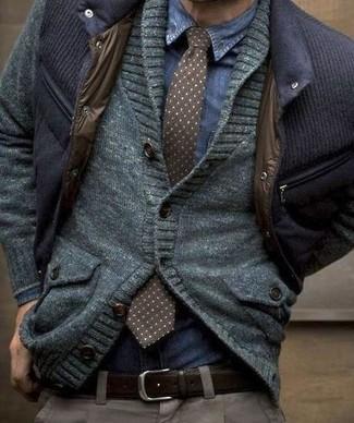 Fais l'expérience d'un style classique avec une chemise en jean et un pantalon de costume gris.