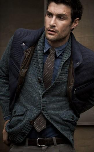 Comment porter: veste sans manches bleu marine, cardigan à col châle gris foncé, chemise en jean bleue, cravate á pois marron foncé