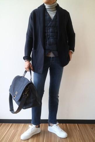 Comment porter: veste sans manches matelassée noire, cardigan à col châle noir, pull à col roulé gris, jean bleu