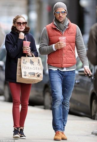Comment porter: veste sans manches matelassée rouge, cardigan gris, chemise à manches longues blanche, jean bleu